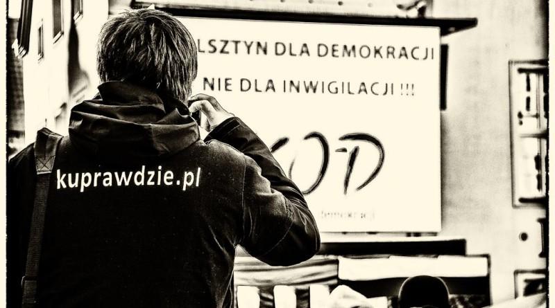 Komitet Obrony Demokracji oskarża za okrzyki: Bóg! Honor! Ojczyzna! Pan Marek zeznaje!