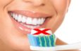 Pasta do zębów szkodzi! Myjcie zęby tylko wodą i szczoteczką!